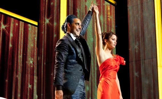 Caesar Flickerman (Stanley Tucci) and Katniss Everdeen (Jennifer Lawrence) in THE HUNGER GAMES.