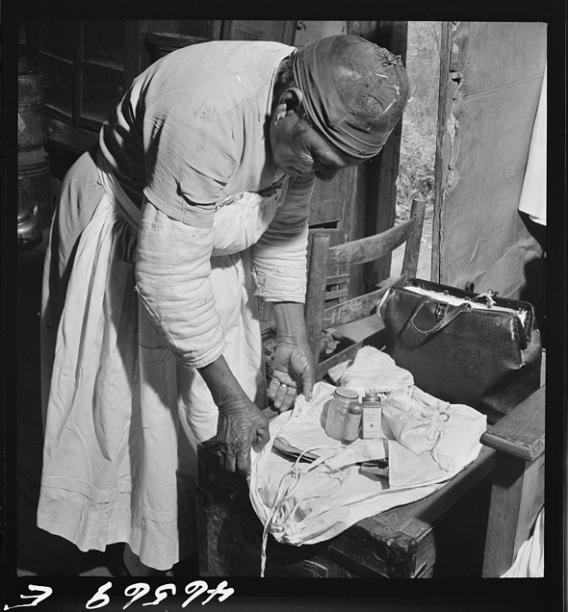 Midwife wrapping her kit to go on a call in Greene County, Georgia, Oct 1941.