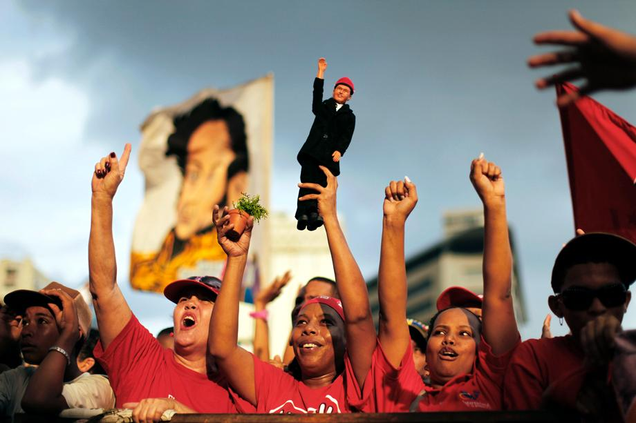 "Supporters of Venezuelan President Hugo Chavez attend the closing campaign rally of United Socialist Party of Venezuela in Caracas September 23, 2010. Venezuela's opposition is certain to make gains in parliamentary elections on Sunday but probably not enough to wrest legislative control from President Hugo Chavez in the 12th year of his socialist ""revolution."""