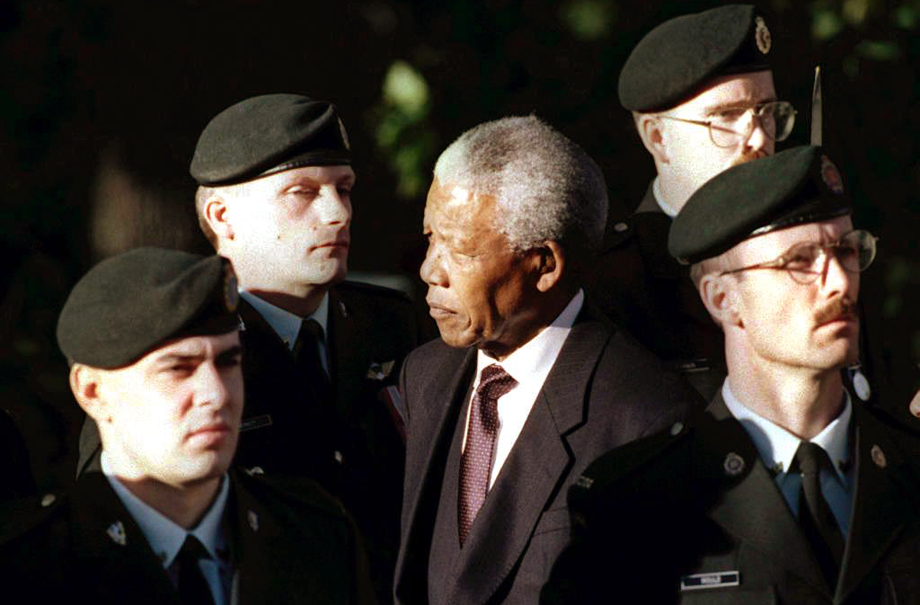 South Africa President Nelson Mandela (C) reviews the Canadian military guard of honor 23 September during a welcoming ceremony at Rideau Hall in Ottawa, Canada. Mandela is on a three-day state visit to Canada.