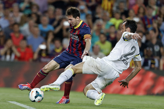 Barcelona's Argentinian forward Lionel Messi (L) vies with Santos FC's defender Edu Dracena during the 48th Joan Gamper Trophy football match FC Barcelona vs Santos.