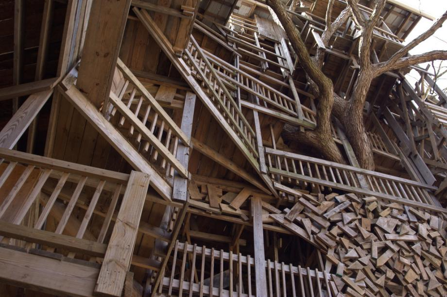 Biggest Treehouse In The World 2013 world's largest treehouse, builtdivine inspiration in