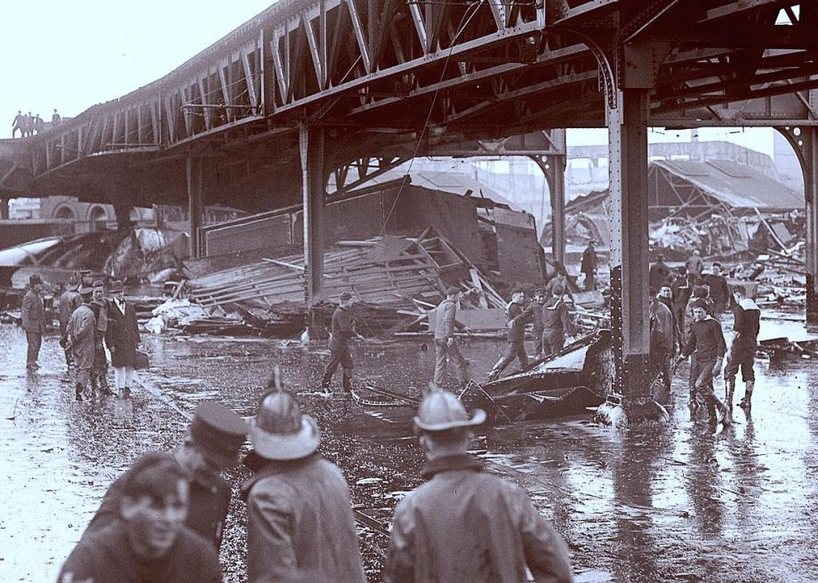 1280pxgreatmolassesflood_1919wreckage_under_the_elevated_tracks
