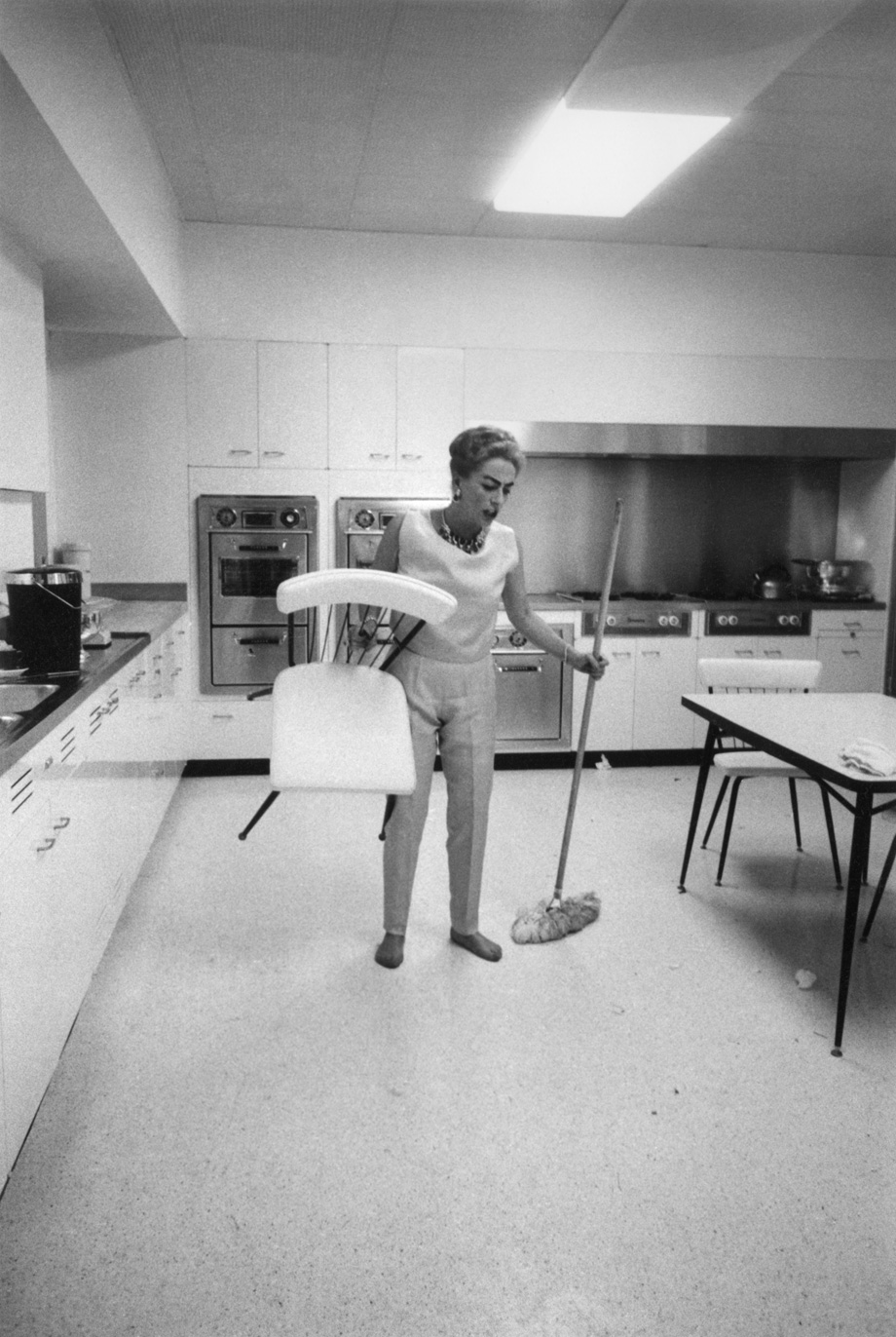 Los Angeles. American actress Joan Crawford cleaning her house in Hollywood. 1959.