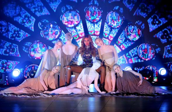 454111832-singer-beyonce-performs-onstage-during-the-2014-mtv_1