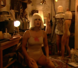 Kristen Wiig dances to Sia\'s Chandelier on the Grammys (VIDEO).