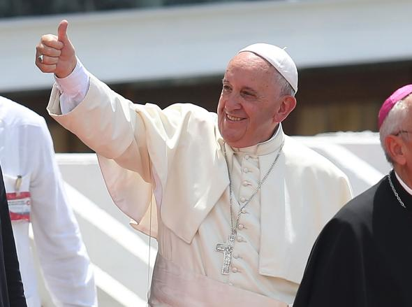 489453428-pope-francis-flashes-a-thumbs-up-to-the-choir-after