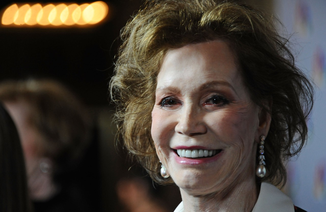 mary tyler moore tv icon dead at 80. Black Bedroom Furniture Sets. Home Design Ideas