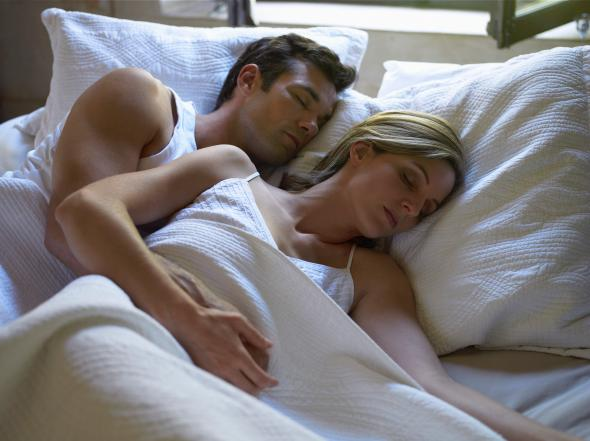 Is going to sleep at the same time as your partner normal - Position de la cuillere ...