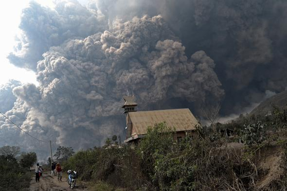 466328281-giant-cloud-of-hot-volcanic-ash-clouds-engulfs-villages