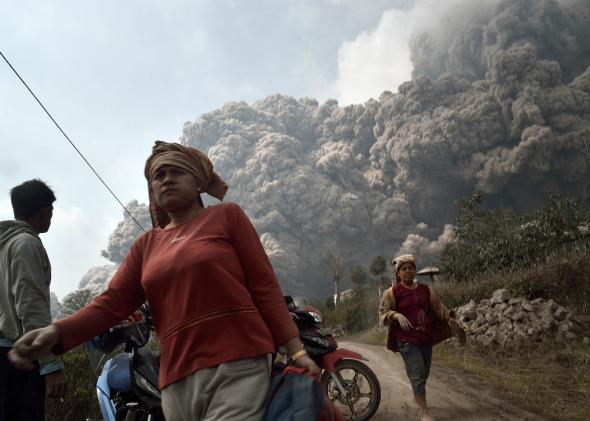 466342639-residents-run-away-to-escape-from-hot-volcanic-ash