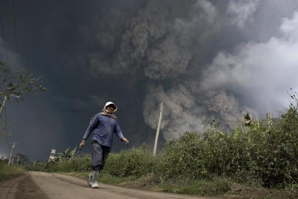 466349729-resident-evacuates-from-hot-volcanic-ash-clouds