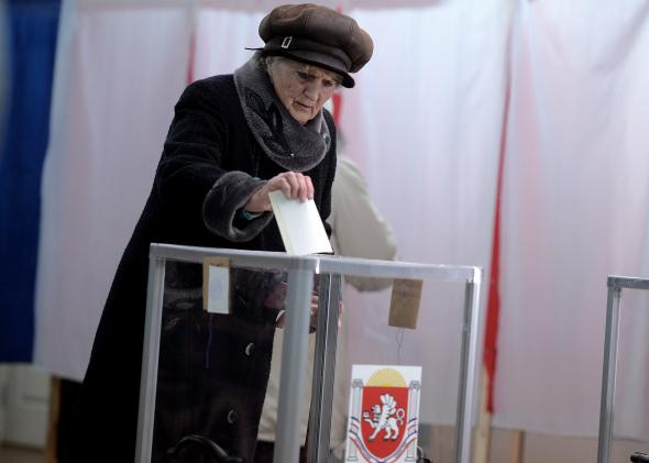 479021533-crimean-woman-casts-her-vote-at-a-simferopol-local