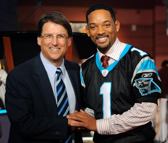 84004965-actor-will-smith-poses-with-mayor-pat-mccrory-of