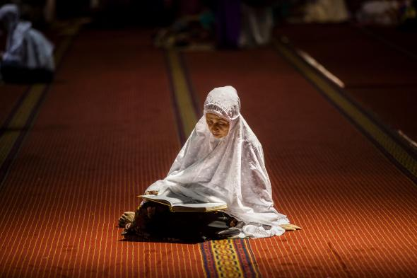 451373304-indonesian-muslim-women-reading-qoran-during-prayers