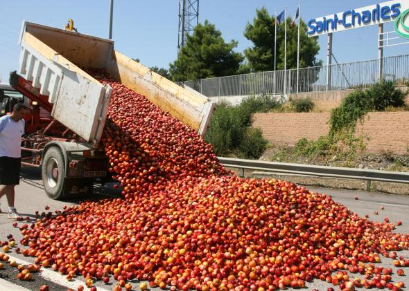 89966664-pile-of-peaches-is-dumped-by-fruit-growers-on-august-20